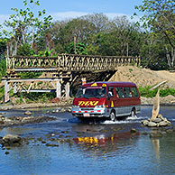 Taxi steekt rivier over in Costa Rica