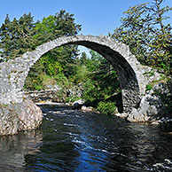 De Pack Horse Funeral brug over de Dulnain rivier te Carrbridge is de oudste stenen brug in de Highlands, Schotland, UK